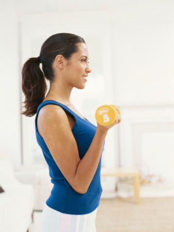 """3- Haftalık egzersiz rutininize ağırlık kaldırma antrenmanını ekleyin. Ağırlık kaldırmak, kalorileri yakarken kaslarınızda arttırır. Ne kadar çok kasınız varsa vücudunuz gün boyunca o kadar çok kaloriye ihtiyaç duyar.  4- Yiyecek porsiyonlarınızı ölçün. Her gün 200 veya 300 ekstra kalori almanıza neden olan porsiyonlarınızın büyüklüğünü abartmanız ve sadece """"bir ısırık daha"""" diyerek yemeye devam etmeniz çok kolaydır. En iyi sonuca ulaşmak için yemeye başlamadan önce yiyeceklerinizi tartın."""